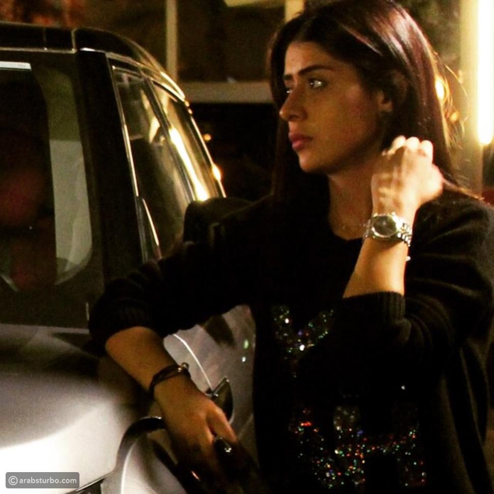 صور أجمل إطلالات فرح الصراف مع سياراتها، أيها أعجبتكم أكثر؟