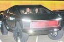 فيديو وصور.. مالك تيسلا يقود شاحنة سايبرتراك المثيرة للجدل