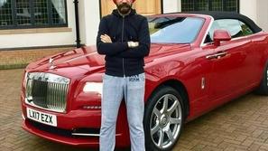 بالصور.. ملياردير يمتلك ٢٠ سيارة رولزرويس بألوان عمامته