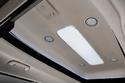 سقف بإضاءة محيطية وبفتحات للتهوية