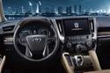 شعار تويوتا على عجلة القيادة وشعار كراون على شاشة نظام المعلومات