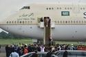 الملك سلمان على سلم الطائرة