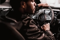 وهو يقود سوبركار مرسيدس AMG GT S