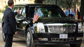 بالصور.. ترامب يستقل وحش كاديلاك المصفح