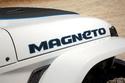 اسم طراز ماجنيتو على جسد السيارة الخارجي
