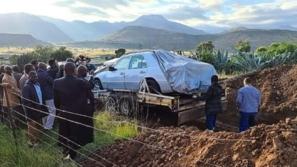 صور: دفن زعيم قبيلة داخل سيارته!
