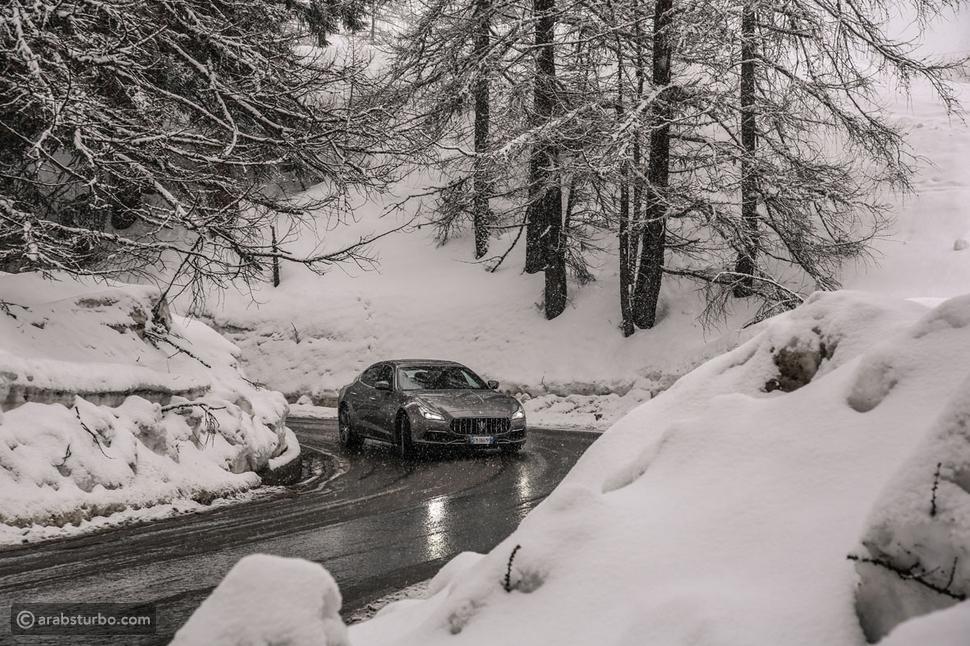 مازيراتي كواتروبورتي في طريقها إلى حلبة تشيرفينيا عبر طرقات مكسوة بالثلوج ومحاطة بالأشجار المتجمدة