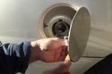 1- وجود ضغط هواء عند فتح غطاء خزان وقود السيارة.