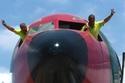 صيانة وإعادة طلاء وترميم طائرة بوينغ قديمة من طراز 707 من التوأمين