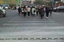 """صور وفيديو: إشارة مرورية جديد في الصين لحماية """"المشاة الزومبي"""""""