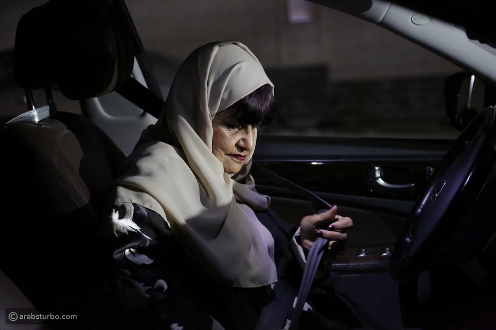 بعد عام من السماح.. سعادة السعوديات بقيادة السيارات
