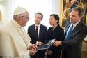 مؤسس فيسبوك يهدي بابا الفاتيكان نموذج لطائرة بدون طيار