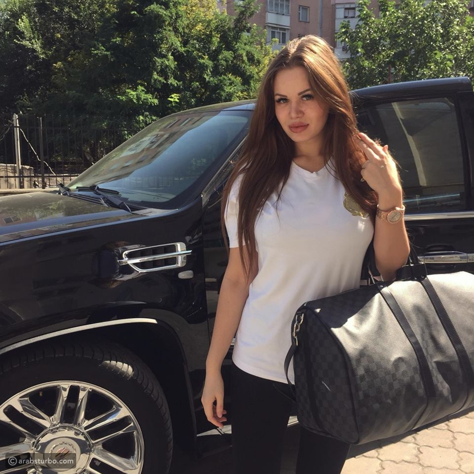 روسية تذهل سكان لندن بسيارتها المرصعة بـ1,3 مليون كريستالة