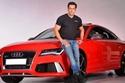 سلمان خان يلتقط صورة مع سيارة أودي