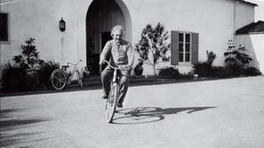أبرزهم أينشتاين: مشاهير لم يتقنوا فن القيادة
