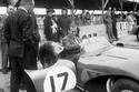 الأمير فيليب وأحد السيارات الرياضية في ذلك الوقت