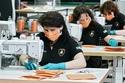 وقامت سريعا بتحويل جزء من عمالتها لصناعة الكمامات الطبية