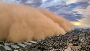 5 نصائح تضمن سلامتك أثناء القيادة وسط العواصف الترابية