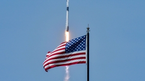سبيس إكس تنجح في إطلاق رحلة تاريخية إلى الفضاء