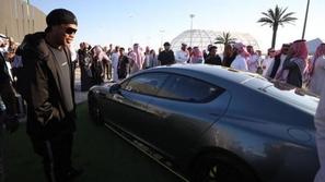 بالفيديو والصور.. رونالدينيو أول مشترٍ في معرض الرياض للسيارات
