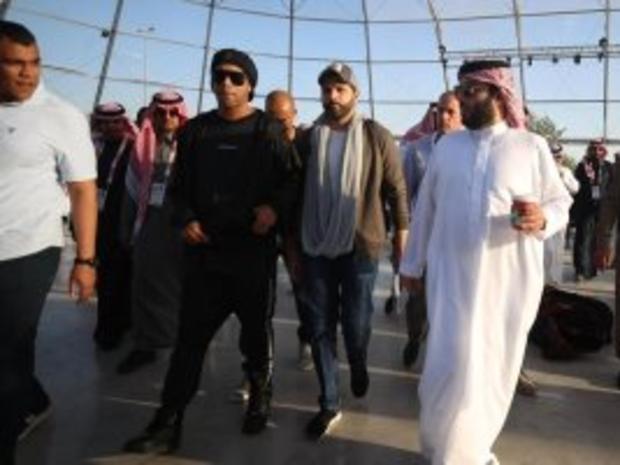 رونالدينيو أول مشتر في معرض الرياض