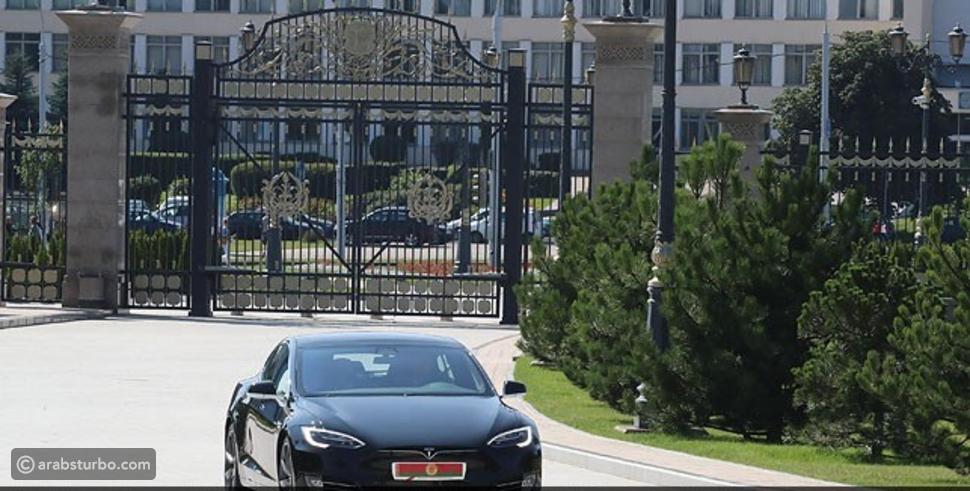 إيلون موسك يهدي هذا الرئيس سيارة تسلا