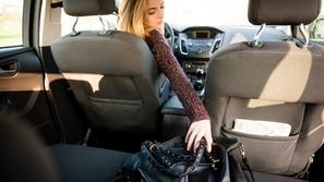 للسيدات فقط.. الأماكن الصحيحة لوضع حقيبة اليد في السيارة