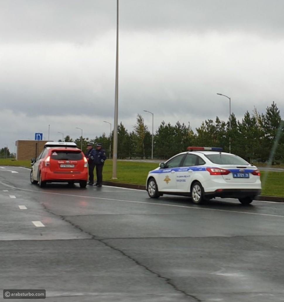 دورية شرطة توقف سيارة ذاتية القيادة للتحقق من الرخصة