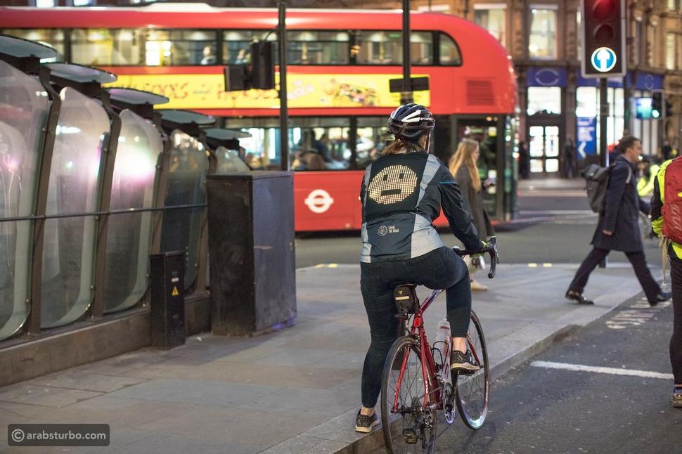 فورد تبتكر سترة ايموجي لركاب الدراجات