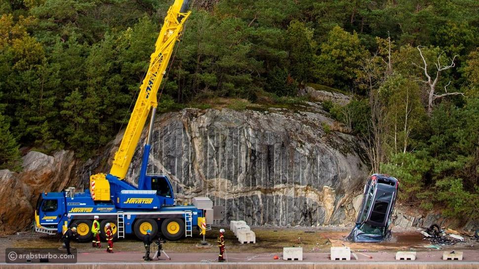 فولفو تُسقط 10 سيارات جديدة من ارتفاع 30 متر