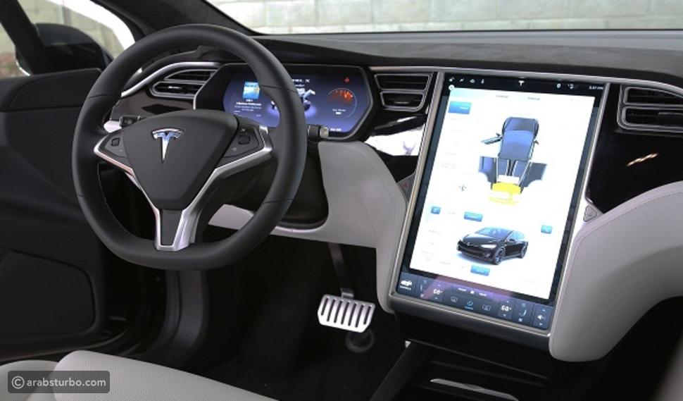 تيسلا تضيف نظام السائق الآلي لتغيير الحارة المرورية
