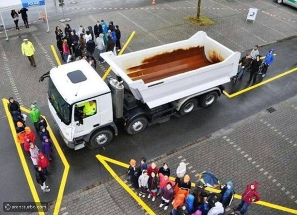 صورة..6 نصائح للقيادة بجوار الشاحنات الضخمة