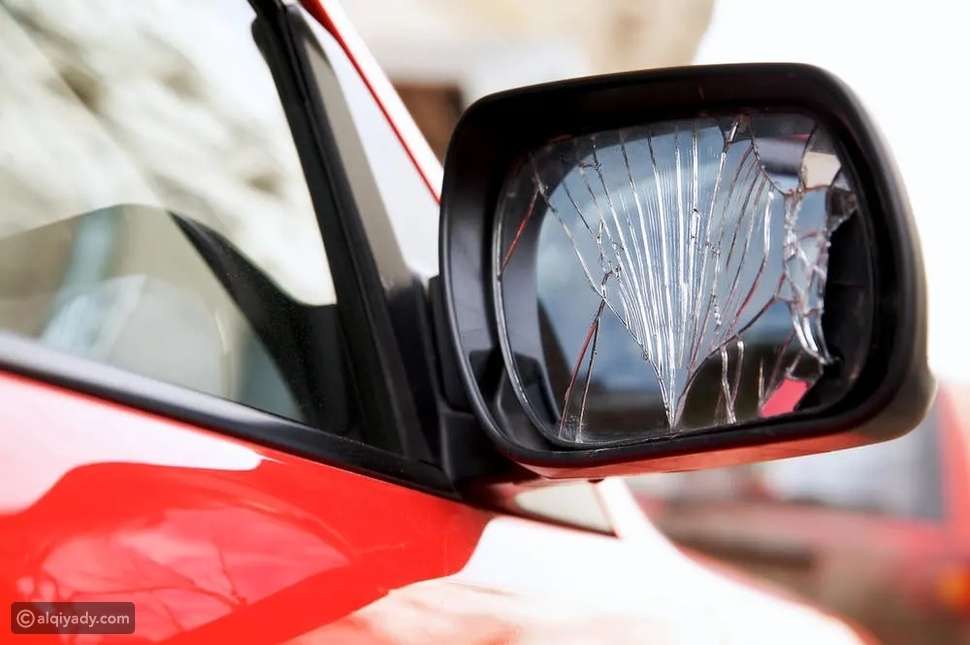 نظف مرآة سيارتك بشكل مثالي وتجنب هذه الأخطاء