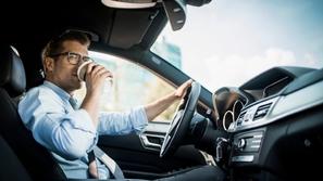 ماذا تعرف عن مخالفة شرب الشاي والمياه أثناء القيادة؟