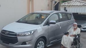 شاهد.. العم محمود يعود من جديد بصورة مع سيارته بعد الاستلام