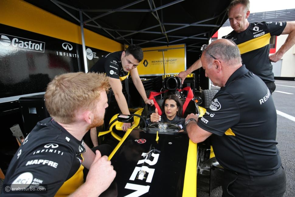 رينو تبدأ يوم السباق عبر تسليم مفتاح إحدى سياراتها إلى سائقة جديدة