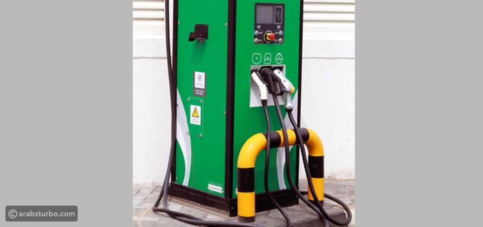 صور دبي تضيف وحدات شحن للسيارات الكهربائية داخل محطات الوقود