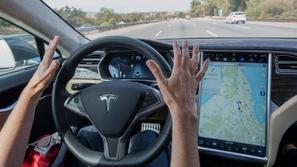 تيسلا تبدأ غزو عالم السيارات ذاتية القيادة