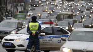 بالفيديو.. الشرطة الروسية تستبدل سائل مانع التجمد في الدوريات بالويسكي