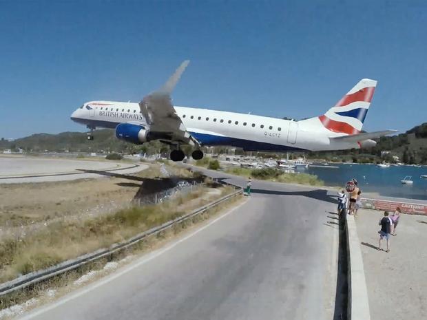 سبب هبوط الطائرات بهذه الطريقة يأتي نتيجة مدرج المطار القصير