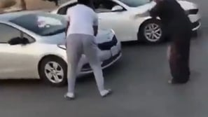 غضب عارم ضد هذا الفيديو.. شباب يعترضون طريق سعودية تقود سيارة