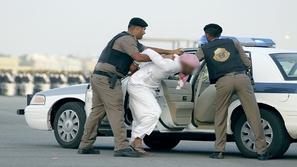 فيديو: القبض على شخص يسكب مادة غريبة على السيارات
