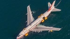 بالفيديو.. البحرين تحول طائرة بوينغ لأكبر منتزه غوص في العالم