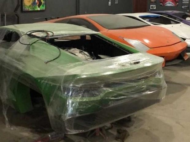 كتشف رجال الشرطة أن المصنع يقوم بإنتاج سيارات فيراري ولامبورغيني مقلدة