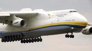 مقطع يحبس الأنفاس لهبوط وإقلاع أثقل طائرة في العالم
