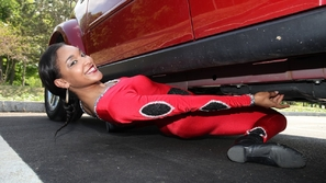 ملكة الليمبو تمر أسفل سيارة دون لمسها!