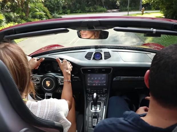 بإهداء النجمة الشهيرة بورشه حمراء اللون من طراز 911  كاريرا GTS