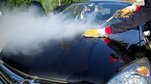 فيديو شاهد ماذا يحدث عند تنظيف السيارة بالبخار