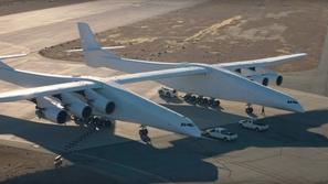 شاهد التحليق الأول لأضخم طائرة في العالم