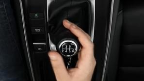 بالفيديو تعلم كيفية قيادة سيارة بجير بوكس يدوي من هوندا